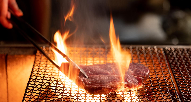 炭焼グリル孫三郎自慢の熟成肉を炭火で味わう