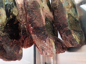 炭焼グリル孫三郎では店頭のショーケースで安全に気を使いながら肉会を熟成させています
