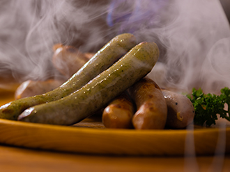 炭焼グリル孫三郎自慢のソーセージ。蓋を開けた瞬間、スモークチップの豊かな香りが広がります